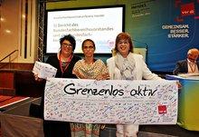 Delegierte der 4. Bundesfachbereichskonferenz Handel übergeben symbolisch ihre Spende für das Gewerkschaftshaus in Karatschi an die pakistanische Kollegin Zehra Kahn.