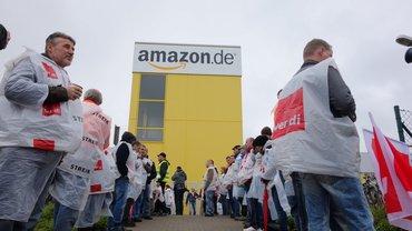 Streikende vor dem Amazon-Gebäude
