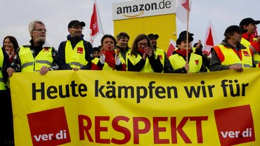 Streikende bei Amazon in Graben