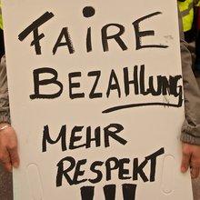 """Streikschild """"Faire Bezahlung. Mehr Respekt!"""""""