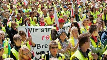 Streikende vor real Zentrale