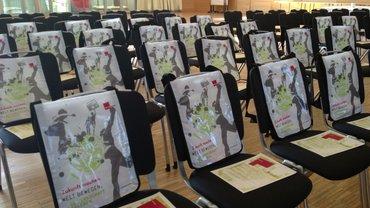 Leere Stühle vor einem Seminar