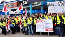 Beschäftigte  der SB-Warenhauskette real,- setzen ihren Protest gegen die Tarifflucht der Metrotochter aus der Tarifbindung weiter fort. Am 10.03.2016 vor dem real,- Markt in Karsruhe, Durlacher Allee.