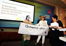 Delegierte der Bundesfachbereichskonferenz Handel mit Kollegin Zehra Khan