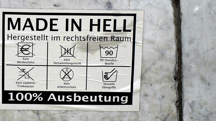 """""""Made in hell"""" steht auf einem Aufkleber, der die Arbeitsbedingungen in der globalen Bekleidungsindustrie anprangert."""