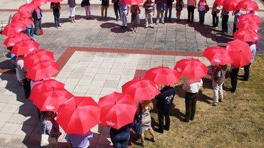 Herz aus roten Regenschirmen