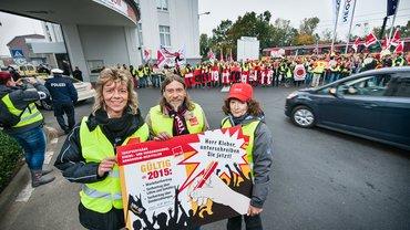 Streikende bei Demo vor neocom-Messe in Düsseldorf