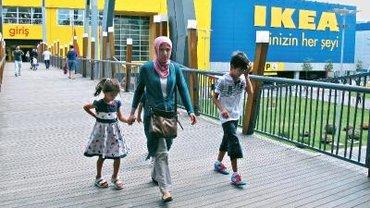 Familie vor Ikea Filliale