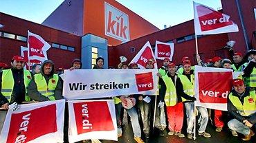 Lagerbeschäftigte bei KiK im Streik