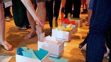 Kartons mit Wahlzetteln