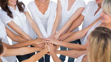 Frauen mit den Händen im Kreis, gemeinsam stark