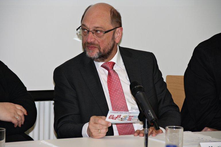 Martin Schulz studiert eine Aktionspostkarte zur AVE-Forderung.