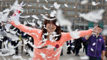 Frau bei Aktion am Berliner Alexanderplatz zur 4. JAV-Konferenz im Handel