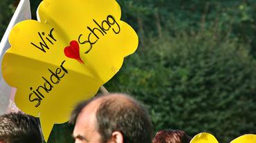 """Demo-Schild """"Wir sind der Herzschlag"""""""