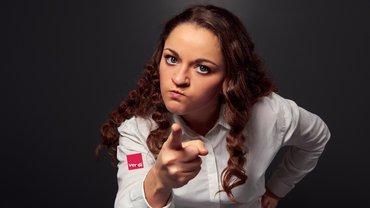 Frau wütend ver.di Logo empört Finger Drohung
