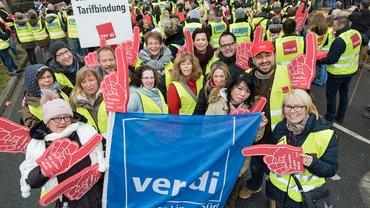 real,- Beschäftigte bei der Streik-Demo vor der Metro-Zentrale in Düsseldorf am 26. November 2018