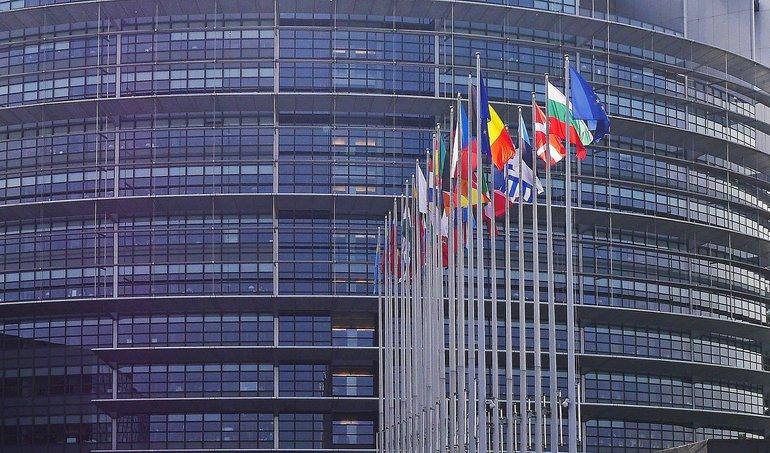 Fahnen der EU-Mitgliedsstaaten vor dem Gebäude des Europäischen Parlaments in Strasbourg