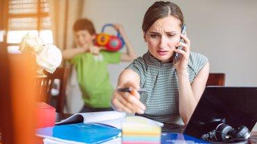 Frau Homeoffice Kinderbetreuung Corona junge Frau Stress gestresst Kind