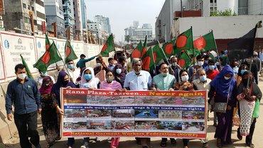 Mitglieder der Textilgewerkschaft NGWF demonstrieren am 24. November 2020 in Dhaka