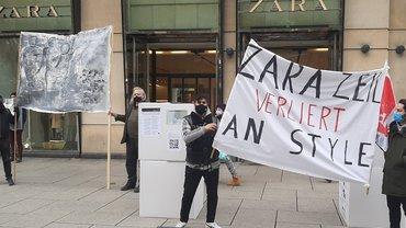 Beschäftigte protestieren vor der Zara-Filiale auf der Zeil in Frankfurt/Main gegen die bevorstehende Schließung