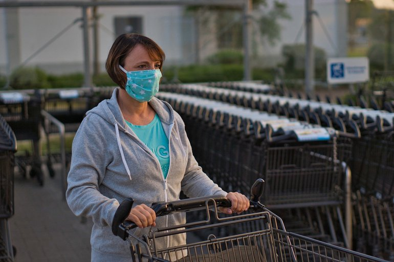 Einkaufen mit Maske schützt