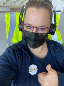 Kollegin beteiligt sich an der Buttonaktion für den Tarifvertrag. Zukunft. Ikea