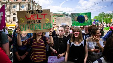 Fridays for future Demonstration Klima Umweltschutz Jugend junge Frauen Aktive