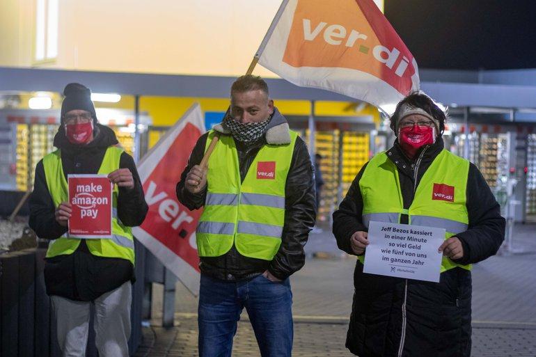 Streikposten vor Amazon in Bad Hersfeld am 21. Dezember 2021