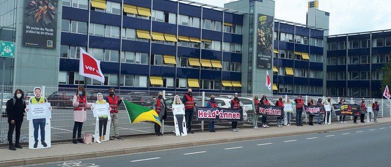 Marktkauf-Beschäftigte protestieren am 19. Mai 2021 vor der Edeka-Zentrale in Minden