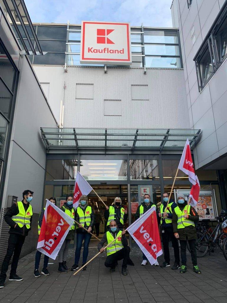Streikende am 19. Mai 2021 vor Kaufland in Herten