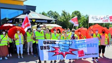 Streikende Edeka-Beschäftigte am 14. Juni 2021 im bayerischen Asbach-Bäumenheim