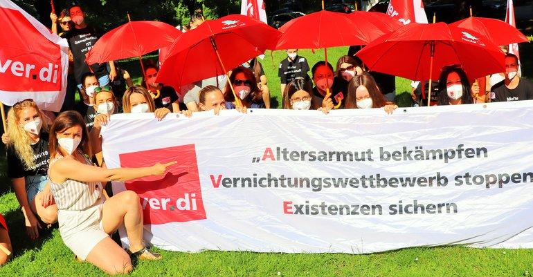 Streikende Beschäftigte von H&M und Zara am 18. Juni 2021 in Augsburg