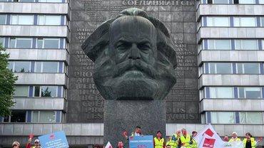 Streikende am 26. Juni 2021 in Chemnitz vor dem Karl-Marx-Kopf
