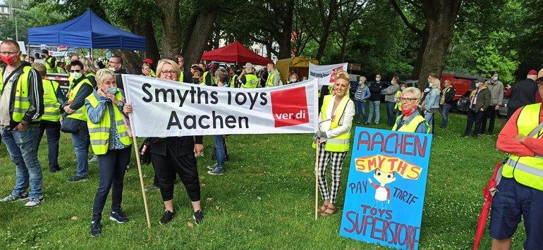 Streikende Beschäftigte von Smyths Toys im Juni 2021 in Aachen
