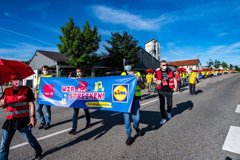 Streikende demonstrieren am 5. Juli 2021 vor dem Lidl-Zentrallager in Anzing