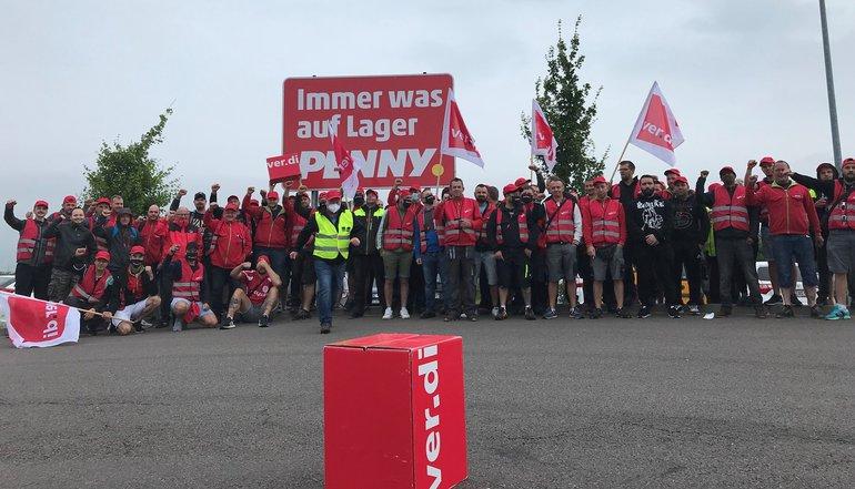 Streikposten am 1. Juli 2021 vor dem Penny-Zentrallager in Landsberg