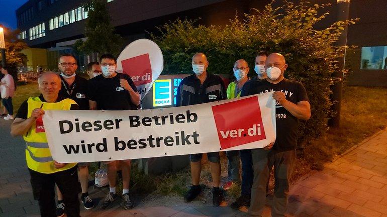 Streikposten am 28. Juni 2021 beim Edeka-Fleischwerk Rheinstetten