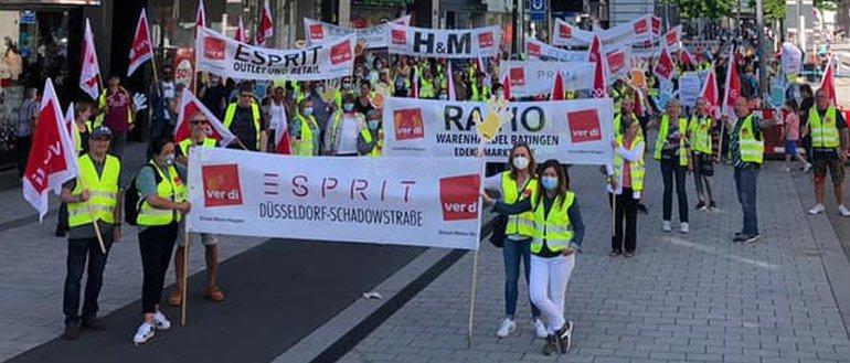 Streikende Beschäftigte von Esprit, H&M und anderen Ketten am 3. Juli 2021 in Düsseldorf