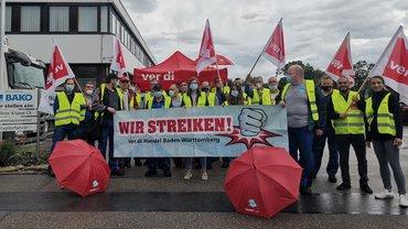 Streikposten am 7. Juli 2021 vor BÄKO Stuttgart