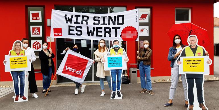 Streikende Beschäftigte von Zara am 8. Juli 2021 vor dem Gewerkschaftshaus in Regensburg