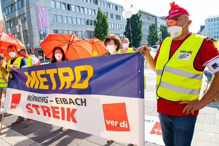 Metro-Beschäftigte am 18. Juni 2021 bei der Streikkundgebung in Nürnberg