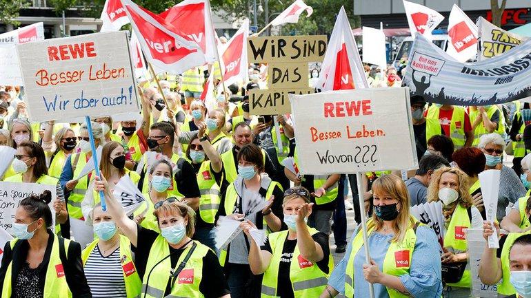Streikkundgebung von Handelsbeschäftigten aus Berlin und Brandenburg am 23. Juli 2021 auf dem Breitscheidplatz in Berlin