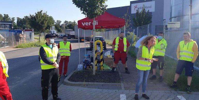 Streikposten Ende Juli 2021 bei Lekkerland in Bobenheim-Roxheim