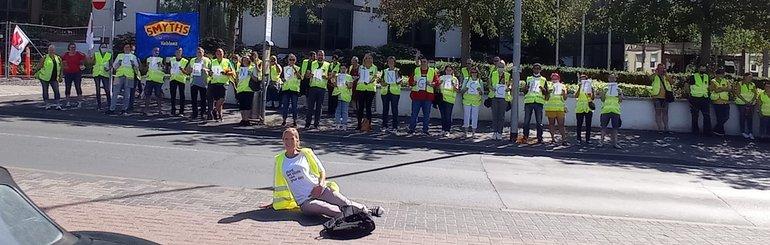 Ohne uns kein Geschäft: Streikende Kolleginnen und Kollegen am 30. Juli 2021 vor dem Hilton in Mainz, in dem die Tarifverhandlungen für Rheinland-Pfalz stattfanden