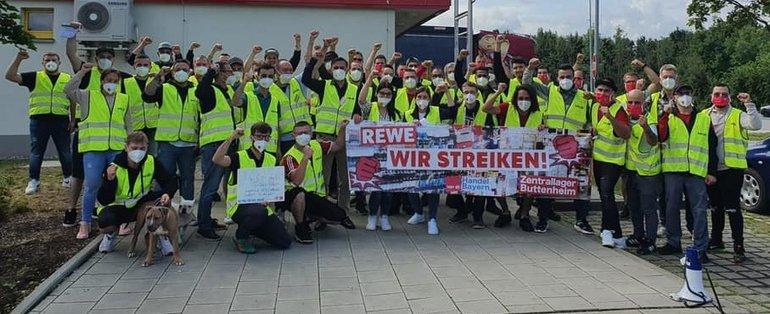 Streikposten am 5. August 2021 vor REWE in Buttenheim