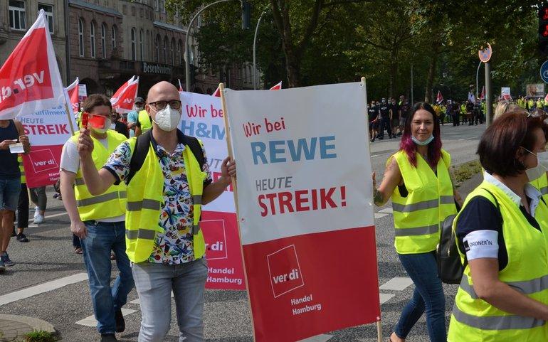 Streikende demonstrieren am 13. August 2021 in Hamburg