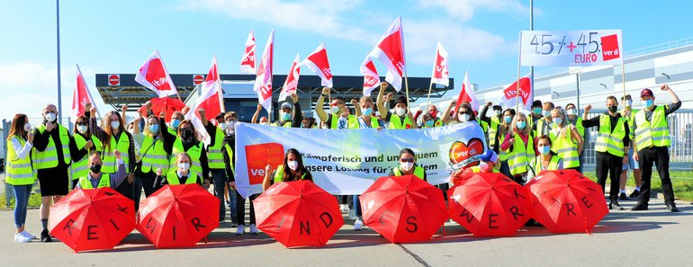 Streikende am 24. September 2021 vor dem Lidl-Zentrallager in Graben