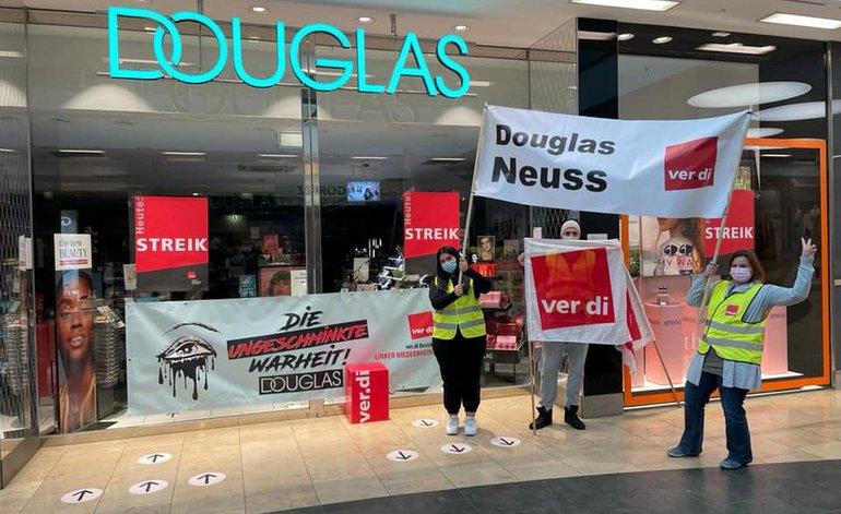 Streik am 1. Oktober 2021 bei Douglas in Neuss
